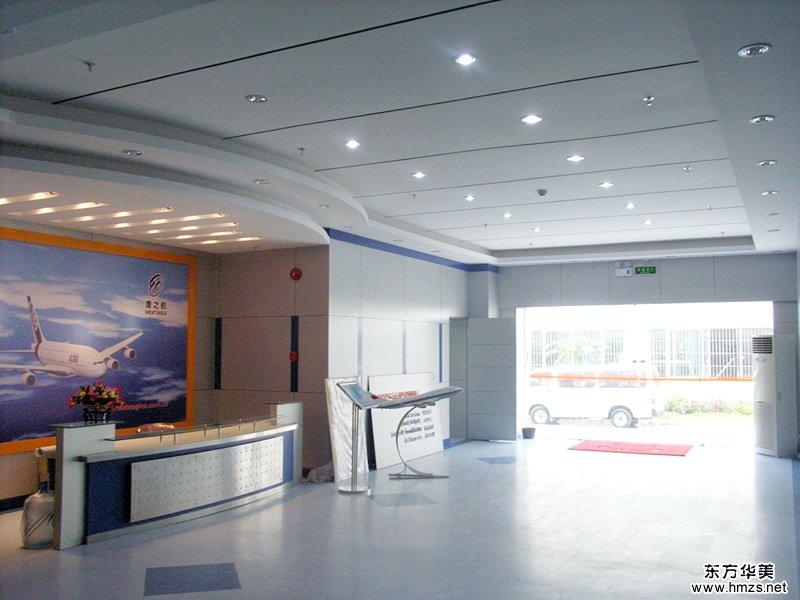咨询热线:4000-5000-80 100平办公室装修【东方华美】100平米的装修对于办公来说,面积并不是很大,但是,也不能认为100平米面积装不出布局合理的办公空间,在空间划分上前台以及前台接待区、员工办公区、会议室以及经理室几个空间,所有明亮空间都会给人以视觉上的放大,所以隔断可以采用玻璃隔断进行装饰,以及前台背景墙其他都是敞开式的空间,在开放式员工办公区把墙面更好的利用起来,刷上和整体颜色相符的颜色做成企业文化墙。推荐阅读: